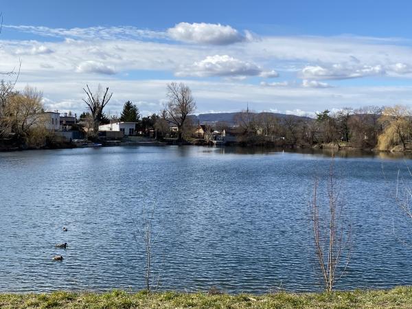 Dôvodom je havarijný stav brehu jazera